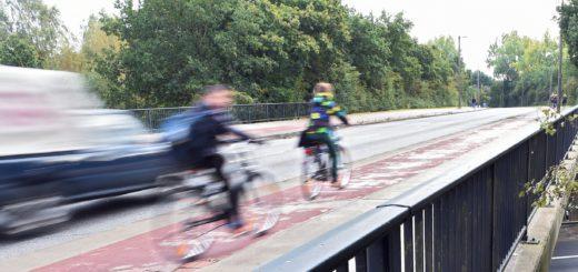Die Brücke an der Heinrich-Plett-Allee wird im Juni abgerissen. Zumindest für Fahrradfahrer und Fußgänger wird nun eine Hilfsbrücke gebaut. Die B75 ist während der Montage gesperrt.