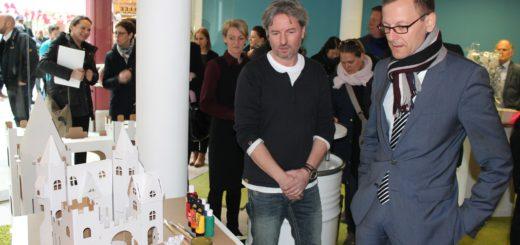 Wirtschaftssenator Martin Günthner (r.) hat sich von Boris Schimanski sein Geschäftsmodell erklären lassen. Foto: Niemann