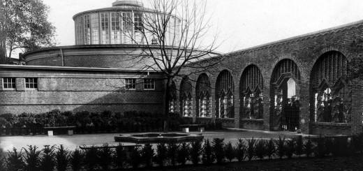 Blick in den Ehrenhof. Vorne rechts sieht man die Arkaden, im Hintergrund die Markthalle. Foto: Stadtarchiv