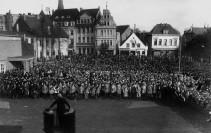 Eine Vielzahl von Menschen hat sich auf dem Marktplatz zur Einweihung des Ehrenmals versammelt.Foto: Stadtarchiv