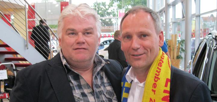 Jörg Rosenbohm (rechts) gewinnt ständig Sponsoren. Hier pflegt er im Autohaus Engelbart den Kontakt zu Christian Wiesner von der gleichnamigen Heizung-und Sanitärfirma.Foto: dkf