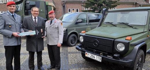 Symbolische Schlüsselübergabe (von links): Oberstleutnant Stephan Fey, Kommandeur des Logistikbataillons 161 mit Rolf Lübke, Geschäftsführer der BwFuhrparkService GmbH, und Oberst Hans Werner Lahr. Foto: Konczak