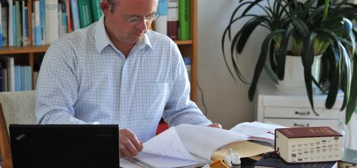 Dr. med. Helge Seifert verschafft sich vor der Behandlung mit homöopathischen Mitteln ein möglichst exaktes Bild der Krankheit und des Kranken in allen Facetten seines körperlich-seelisch-geistigen Seins. Foto: Konczak