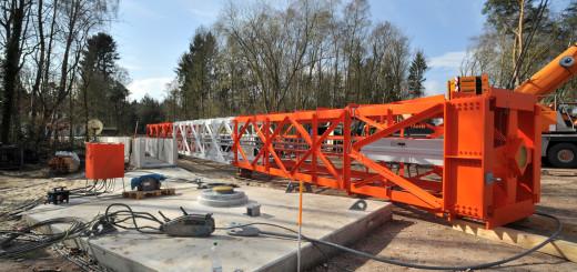 Die ersten 30 Meter Gittersegmente des neuen NDR-Senders in Steinkimmen stehen seit Montag in der Senkrechten. Foto: Konczak