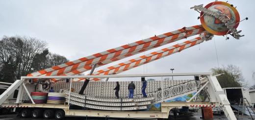 Langsam richtete sich das Riesenrad der Familie Cornelius am Dienstagnachmittag gen Himmel. Foto: Konczak