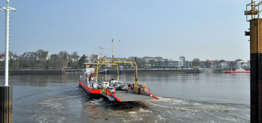 """Unter dem Titel """"Fährmann, hal över"""" erfahren die Teilnehmer der Gästeführung, wie sich die Geschichte der Weserfähren Lemweder-Vegesack vom Mittelalter bis heute entwickelt hat. Foto: Konczak"""