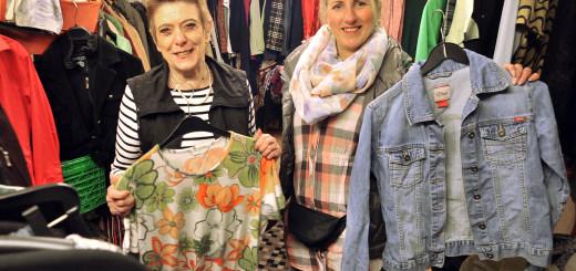 Rosi Lusga und Kristina Gatelyte kümmern sich seit Januar um die Kleiderkammer der Gemeinschaft Hasport.Foto: Konczak