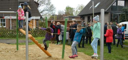 """Im Beisein zahlreicher Eltern, Unterstützer und Anwohner nutzten Pennigbütteler Kinder heute Nachmittag direkt nach der Eröffnung die Gelegenheit, die neue Spiellandschaft im """"Ewald"""" auszuprobieren. Foto: Bosse"""