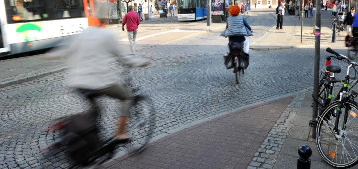 Busse, Bahnen, Fahrräder, Autos und Fußgänger –bei dieser Form von Miteinander im Straßenverkehr ist Vorsicht geboten, gerade wenn man keine Knautschzone hat.