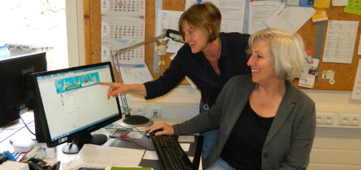 Monika Genßler (rechts), Leiterin der städtischen Jugendarbeit, und Mitarbeiterin Christine Struthoff sind vom Erfolg des neuen Online-Ferienprogramms überzeugt. Foto: Bosse