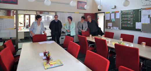 Schulleiterin Dörte Lohrenz (links) zeigt den FDP-Mitgliedern, wie eng es in dem 39 Quadratmeter großen Lehrerzimmer der Grundschule Bookholzberg für 30 Personen werden kann. Foto: Konczak