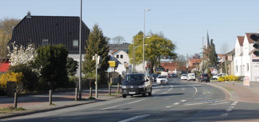 Die Kirchhuchtinger Landstraße in Huchting im frühlingshaften Sonnenschein. Ein möglicher Blickwinkel auf den Stadtteil Huchting, der von der Bild-Zeitung als Ghetto bezeichnet wurde.