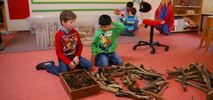 Beim Klimaschutzaktionstag in der Kita am Habbrügger Weg haben die Kinder auf Plastikspielzeug verzichtet und mit Holzstöcken und Tannenzapfen gespielt. Foto: kg