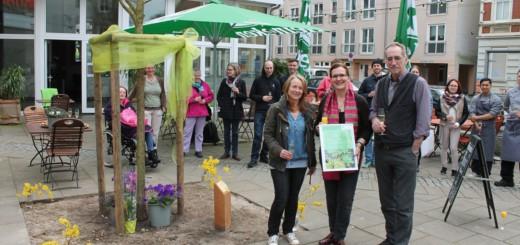 Norbert und Barbara von Hest (v.r.) haben mit Freunden eine Baumpatenschaft übernommen und jetzt die dazugehörige Urkunde von Iris Bryson erhalten. Foto: Niemann