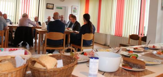 Beim Männerfrühstück in der Begegnungsstätte Helga-Jansen-Haus in Huchting war im April sind 30 Männer und Dr. Joachim Schuster, Abgeordneter des Europa-Parlaments dabei. Er spricht über ein mögliches Zusammenbrechen der EU.