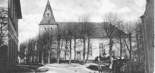 Die Ansichtskarte zeigt die Stätte des Wirkens von Pastor Ahlrichs im Jahr 1907. Die Erhöhung des Kirchturmes von 35 auf 59 Meter erfolgte ein Jahr später. Bildvorlage: Stadtarchiv Delmenhorst