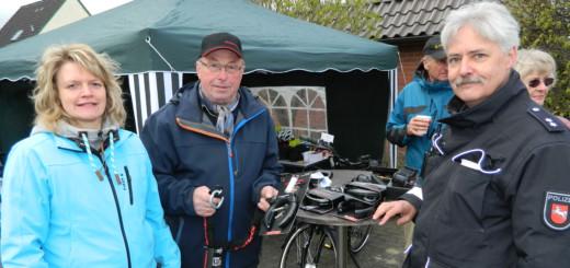 """Susanne Kück und Wilfried Kück (von links) vom """"Lübberstedter Fahrradladen"""" informierten gestern auf dem Ernteplatz über sichere Fahrradschlösser. Die hält auch Andreas Meyer (rechts) von der Polizeistation Hambergen für unerlässlich. Foto: Bosse"""