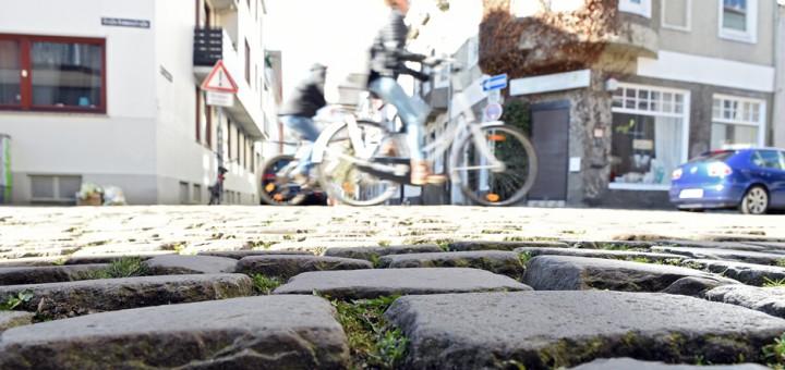 Unter anderem unebenes Kopfsteinpflaster erschwert den Radverkehr in der Neustadt. Foto: Schlie
