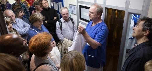 Krankenhaushygieniker Michael Bojarra hat den Spaziergängern die computergestützte Kleiderausgabe des Krankenhauses gezeigt. Foto: BLV