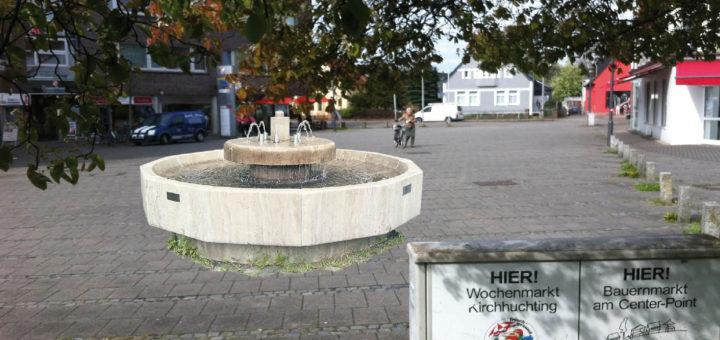 Mit einem kleinen Brunnen soll der Huchtinger Dorfplatz am Roland-Center zu einem echten Ortskern und Treffpunkt für Huchting werden. Vorerst sollen auf dem Platz, auf dem auch ein kleiner Wochenmarkt stattfindet, schon einmal Bänke aufgestellt werden. Fotomontage