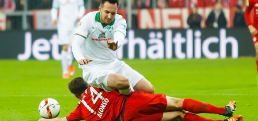 Beim letzten Gastspiel in München ging Werder 0:5 unter. Hier grätscht Xabi Alonso Levin Öztunali ab. Foto: Nordphoto