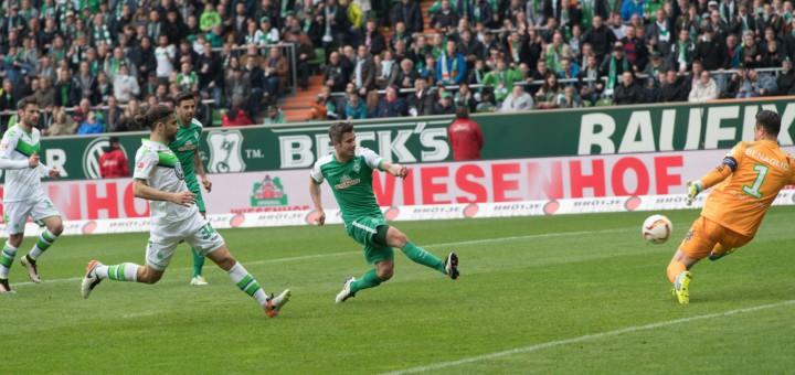Nach einigen vergebenen Chancen trifft Fin Bartels (M.) zum 2:1 für Werder. Foto: Nordphoto