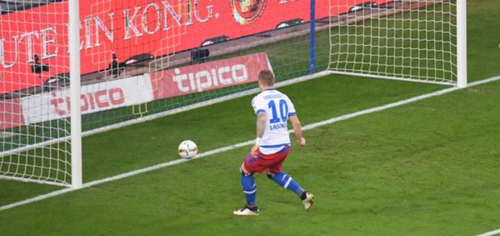 Das Unglück nahm schon in der 5. Minute seinen Lauf: Pierre Lassoga kann unbedrängt zum 1:0 für den HSV einschieben. Foto: Nordphoto