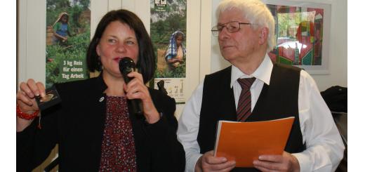 Brot-für-die-Welt-Referentin Angela Hesse dankte Egon Szczepanek auch für sein soziales Engagement, der Posaunenchor trägt regelmäßig am Sonnabend vor dem zweiten Advent mit einem Benefizkonzert bei den Rathausarkaden zur Spendensammlung bei. Foto: Möller