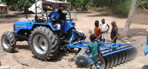 Mit dem neuen Trecker können die Bewohner des Dorfes Bitoka-Copé in Togo nun pflügen und dreschen. Foto: König / RC Ganderkesee