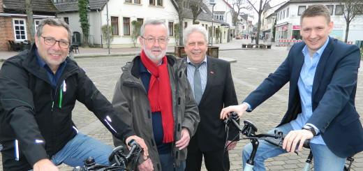Gemeinsam mit Zweiradhändler Heiko Wellbrock (links) freuen sich Bastian Grimm, Reiner Westphal und Lothar Fricke (von rechts) vom Wirtschaftstreff auf den verkaufsoffenen Sonntag zur Autobörse am 17. April. Foto: Bosse