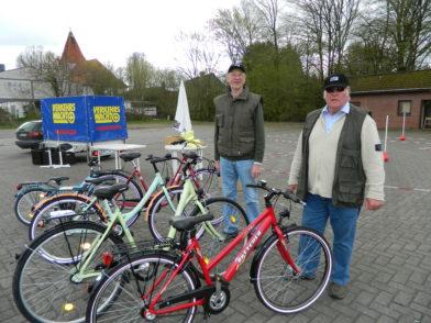 Claus Kedenburg und Joachim Krohn (v.l.) von der Hamberger Verkehrswacht präsentierten die neu angeschafften Fahrräder. Foto: Bosse