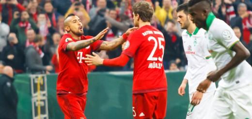 """""""Schwalbenkönig"""" Arturo Vidal (l.) gratuliert Thomas Müller (M.) nach dem verwandelten Elfmeter zum 2:0 für den FC Bayern. Foto: Nordphoto"""