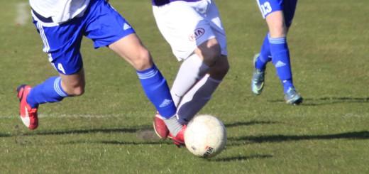 Beine beim Fußball. Symbolfoto