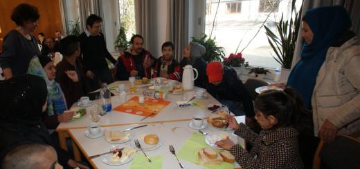 """Astrid Brauns und Karin Kock (im Hintergrund v.l.) freuten sich gestern, viele Gäste beim Frühstück des """"Café International"""" im Gemeindehaus in Hambergen begrüßen zu können. Foto: Möller"""