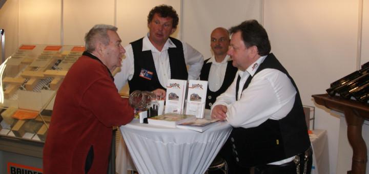 Eckhard Kopp (rechts) berät zusammen mit seinen Mitarbeitern Stefan Trenkner und Dieter Jakob über Dachsanierungen und den Austausch von Fenstern. Foto: Möller