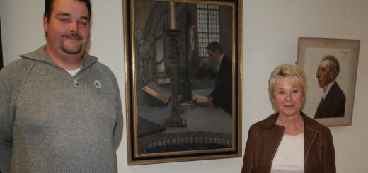 Bernhard-Dieter Kaufmann und seine Mutter, Sigrun Kaufmann, würdigen den Gründer der Künstlerkolonie Worpswede, Fritz Mackensen, zu dessen 150. Geburtstag mit einer Jubiläumsausstellung im Museum am Modersohn-Haus. Foto: Möller