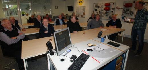 Kameraden der Altersabteilung der Freiwilligen Feuerwehr Osterholz-Scharmbeck ließen sich von Heiko Meyerhoff (rechts) Änderungen im Straßenverkehrsrecht erläutern. Foto: Möller