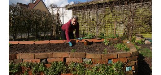 Traute Steenken freut sich über frühlingshaftes Wetter und den Start in die Gartensaison, ihr Hochbeet kann jetzt neu bepflanzt werden. Foto: Möller