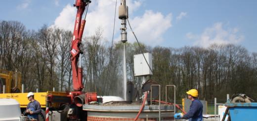 Mit einem Impulsverfahren versuchen die Mitarbeiter der Firma Hölscher Wasserbau die Brunnen vier und fünf an den Wiekhorner Wiesen in Delmenhorst intensiv zu entsanden. Foto: nba