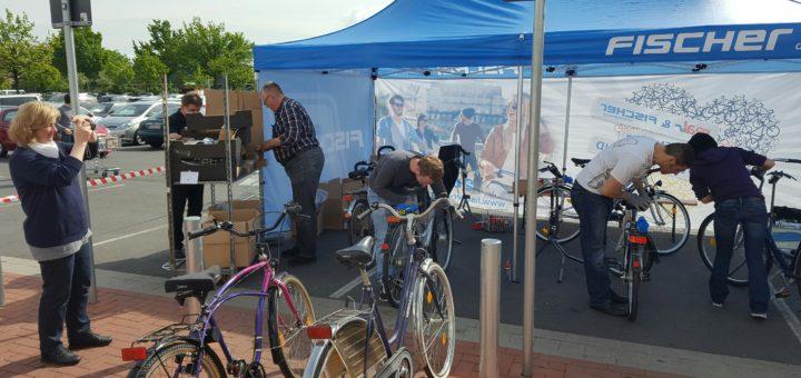 Freiwillige haben Alt-Fahrräder für eine Spende an die Achimer Tafel wieder verkehrssicher hergerichtet.