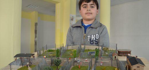 """Seinen Zoo präsentiert Sahin Tali (13): """"Die Idee hatte ich, weil ich gerne Tiere mag"""", sagt er."""
