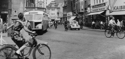 Der Blick schweift am 2. August 1952 in die vom Verkehr belebte Lange Straße. Vorne links ist das Fitger-Haus zu sehen. Bildvorlage: Stadtarchiv Delmenhorst.