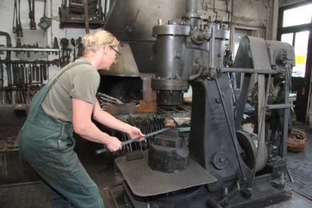 Schmiedin Silvia Pohlers bedient sich des Lufthammers. Er kommt zum Einsatz, wenn menschliche Kraft nicht mehr ausreicht. Foto: Armbrust