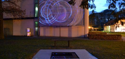 """Eine Installation der Ausstellung """"Incidents – Zwischenfälle"""" auf dem Außengelände der Kulturambulanz. Foto: pv"""