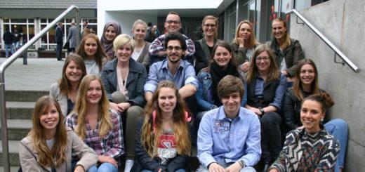 """Die Teilnehmer des Wettbewerbs """"Berliner Freiheit"""" mit Kursleiterin Lucia Kapisinska (unten rechts) Foto: Neloska"""
