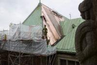 Erste neue Kupferplatten auf dem Rathausdach. Foto: Senatspressestelle