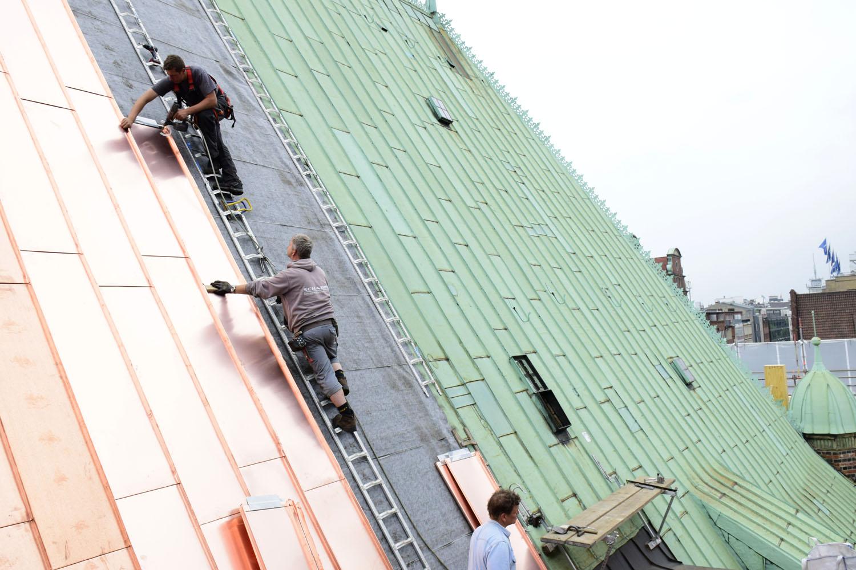 neues kupfer strahlt schon am rathausdach