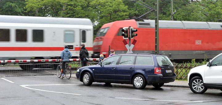 Intercity rauscht über einen Bahnübergang / Symbolfoto