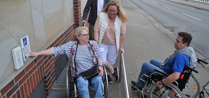 In mehreren Kleingruppen erkunden Ratsmitglieder und Bürger mit Rollstuhl und Rollatoren den Ortskern. Hier: Erste Gemeinderat Rainer Lange (am Rollator), Cindy Klüner (CDU), Doris Josquin und Christian Marbach (UWG Marbach). Foto: Konczak