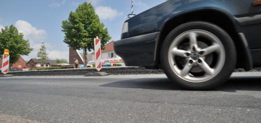 Montag wechselt die Baustelle auf die andere Fahrspur – dann fahren die Verkehrsteilnehmer auf der deutlich erhöhten und neu asphaltierten Straße. Fotos: Konczak